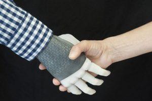 """Primo impianto al mondo di mano robotica sensoriale """"per tutti i giorni"""": record italiano"""