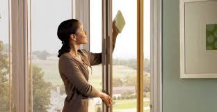 Lavori domestici, come lavare i vetri in casa